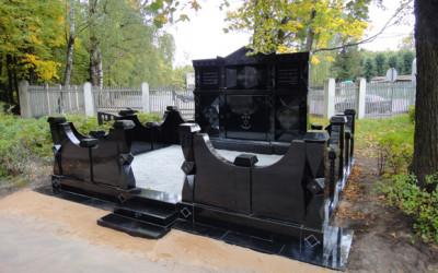 Memoriāls izgatavots pēc individuāla pasūtījuma no skices līdz gatavam projektam kapos, izmantots melnais zviedrijas granīts