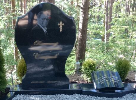 Pulēts granīta kapu piemineklis ar portretu