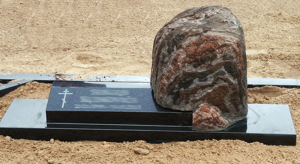 Kapu piemineklis no laukakmens un melnā granīta -