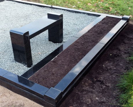 Melnā granīta kapu soliņš