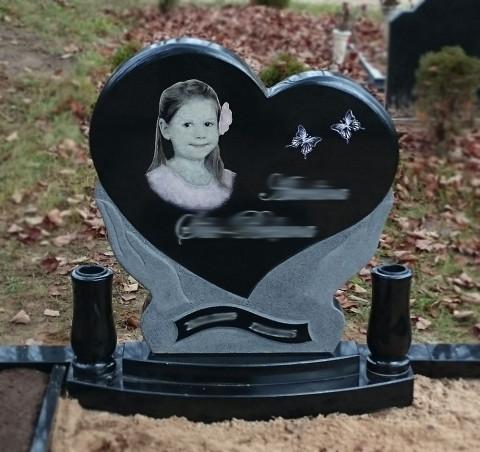 Pulēts melnā granīta piemineklis sirds formā