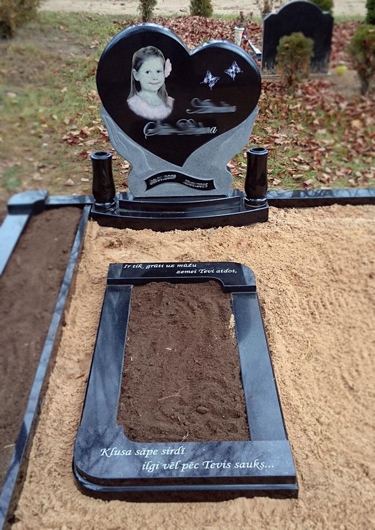 Melnā granīta kapa rāmis