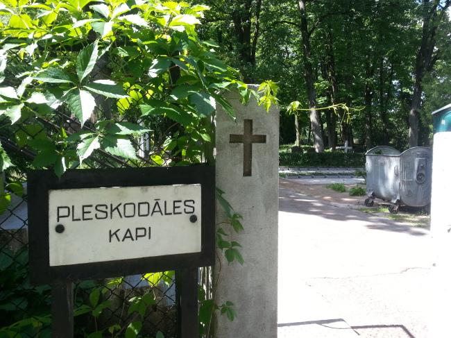 Pleskodāles kapsēta Logo