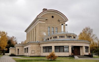Specializēta krematorija ēka Rīgā sākta būvēt 1934.gadā, šobrīd arī tiek izmantota pēc savas nozīmes - šeit atrodas Rīgas kremācijas centrs - krematorija