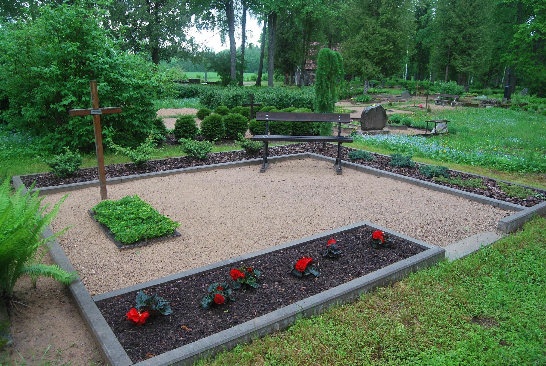 Pie mums var iegādāties kapu soliņus, apmalītes ( koka, betona, granīta), pieņemam pasūtijumus granīta uzstādīsanai, pieminekļu uzstādīšana .