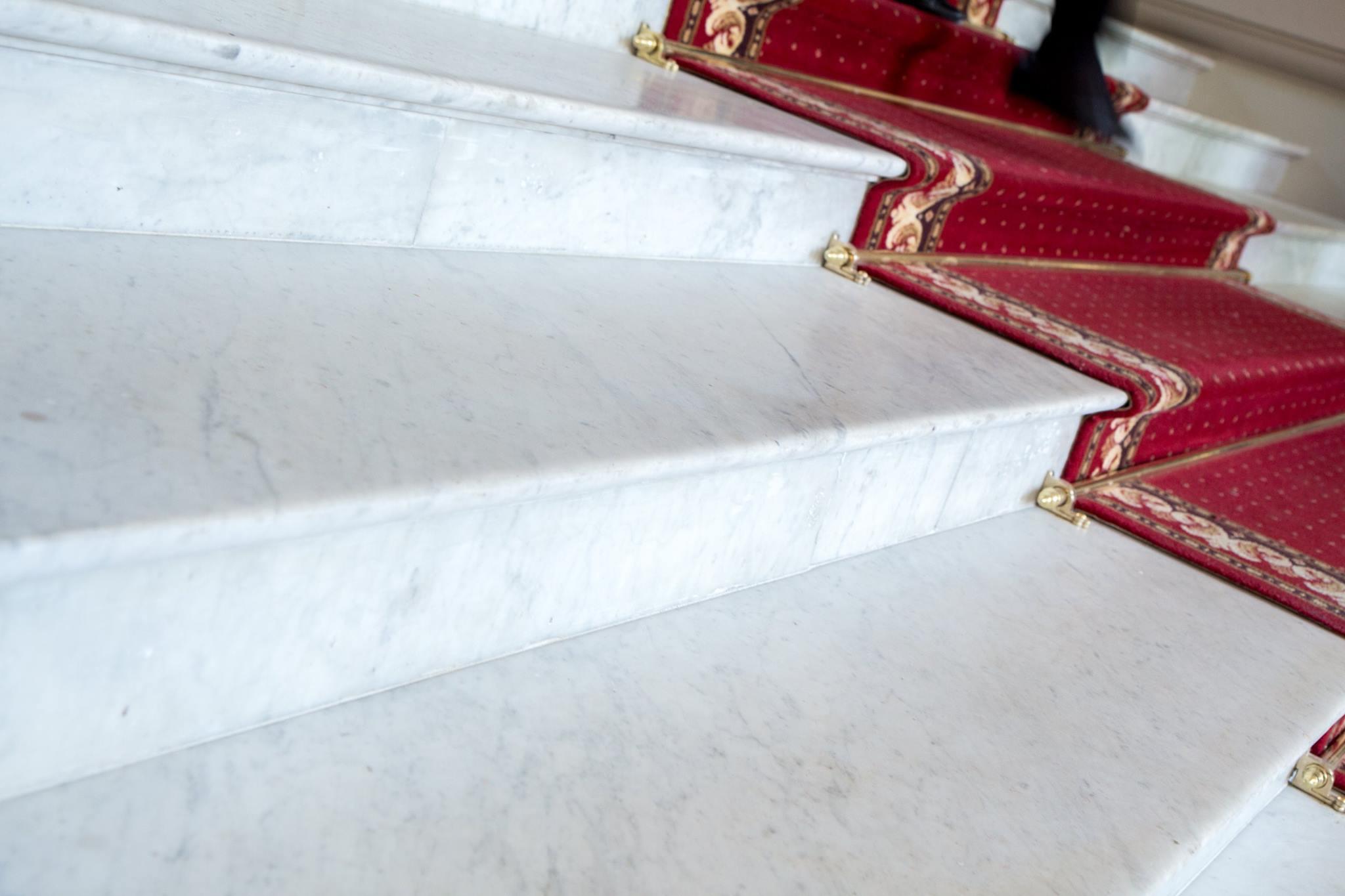 Kāpnes no marmora Carrara