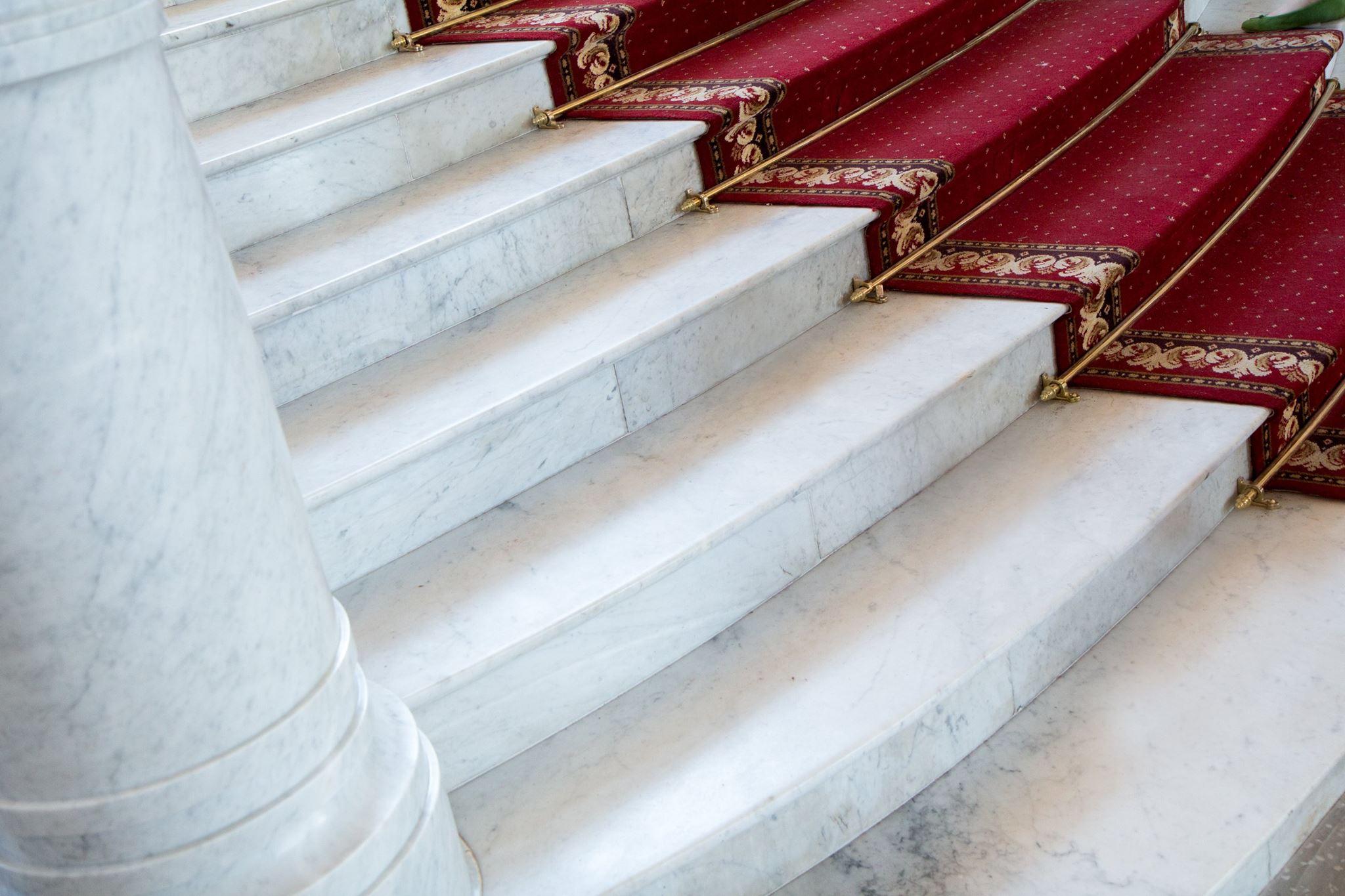 Marmora kāpņu fragments Latvijas Nacionālā Mākslas muzeja ēkā