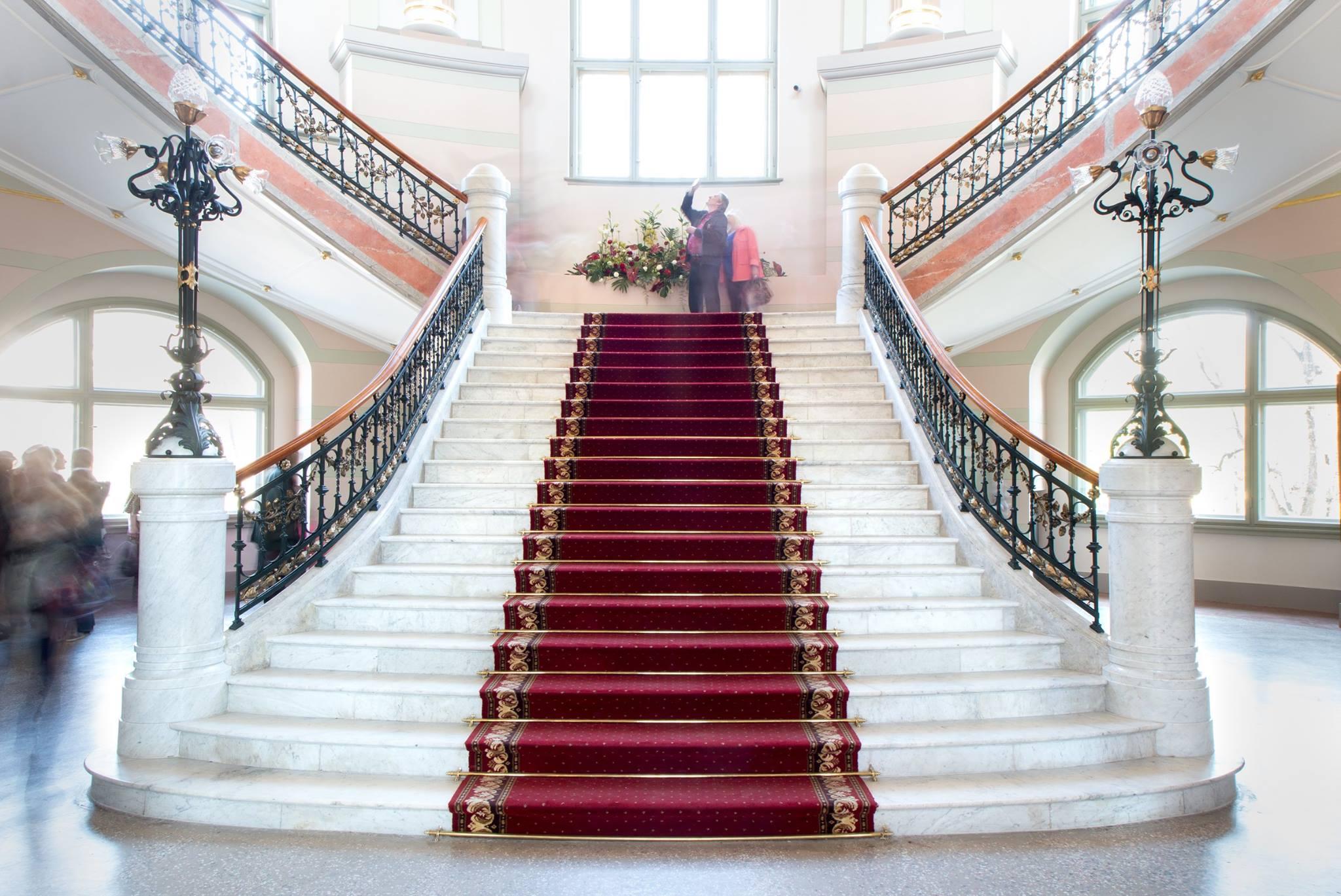"""Uzņēmuma """"Pilsakmens"""" atjaunotās kāpnes no marmora Latvijas Nacionālā mākslas muzeja ēkā"""