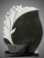 Piemineklis ar akmenī grieztiem ziediem