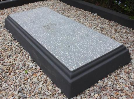 Concrete slab closed grave