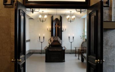 Krematorijā Rīgā ir divas atvadu zāles, viena no tām mazā atvadu zāle