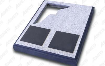 Kapu apmale pusotrvietīga, slēgta, ar izgriezumu un divām plāksnēm / Надгробие полуторное, закрытое, с вырезом и двумя пластинами