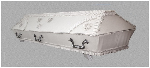 Balts drapēts zārks
