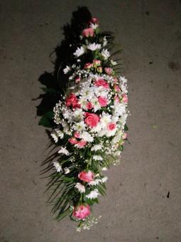 Ziedu pušķis ar baltiem un sārtiem ziediem Траурный букет