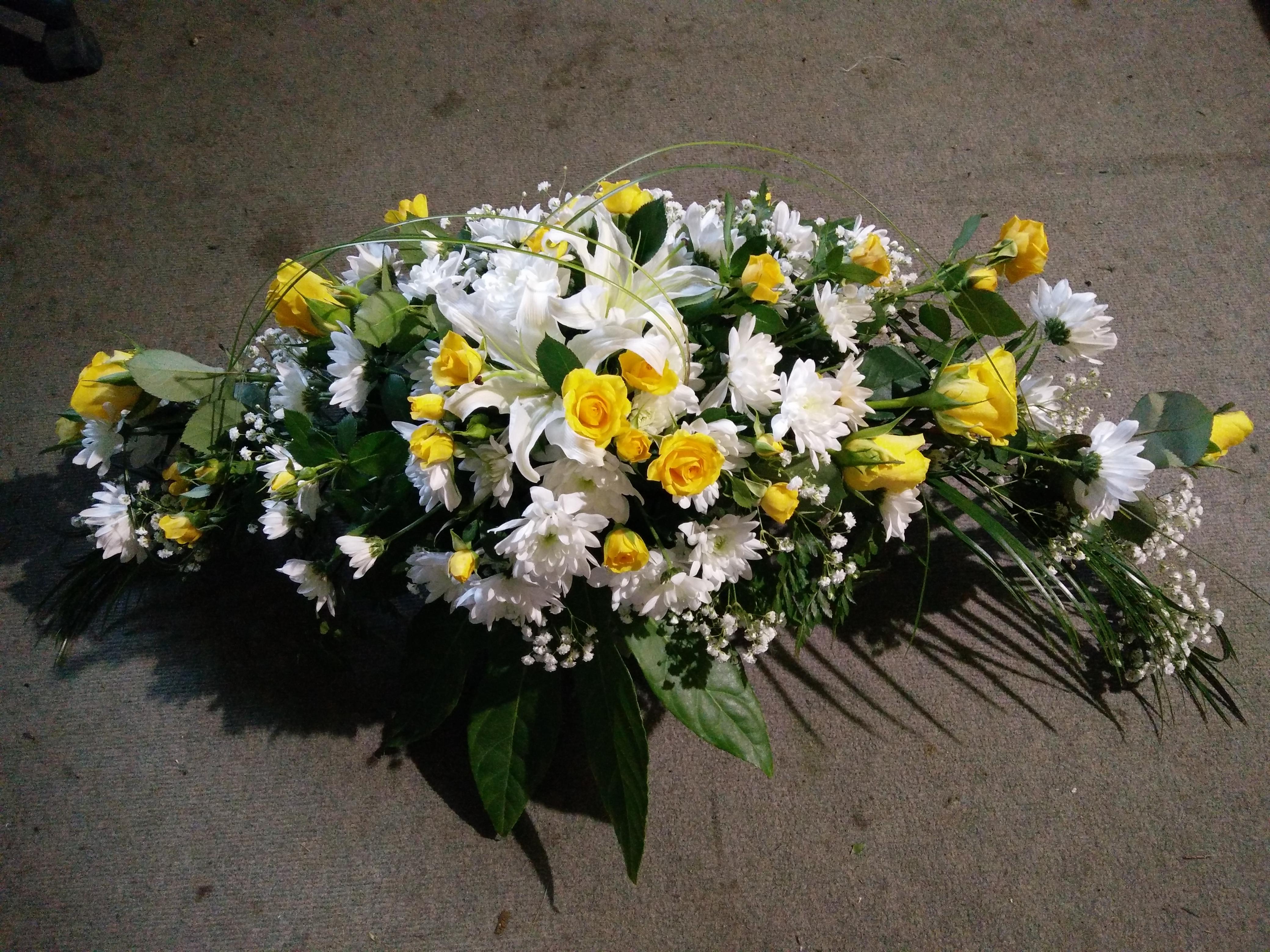 Ziedu pušķis ar dzeltenām rozēm