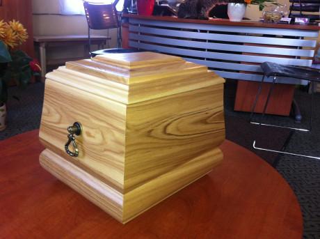 Koka urna ar dekoratīvu elementu