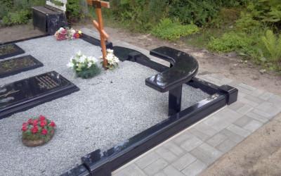 Stūra kapu soliņš no akmens.