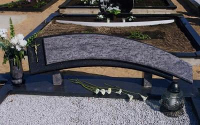 Kapu piemineklis no granīta