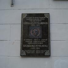 Gžegoža Fitelberga memoriālā piemiņas plāksne Логотип