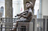Skulptūra Jāzepa Vītola piemiņai Mazais vijolnieks Logo