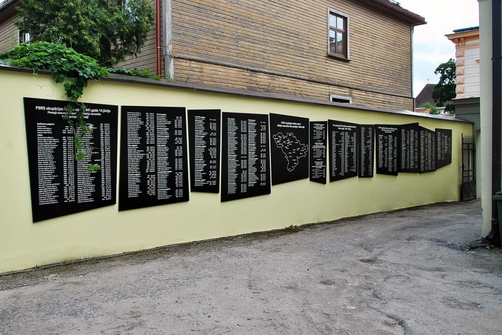 Piemiņas vietas komunistiskā terora upuriem vēsturiskajā Cēsu apriņķī