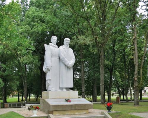 Brāļu kapu piemineklis un Brāļu kapi Dobelē