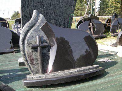 Kapu piemineklis ar iegravētu krustu -
