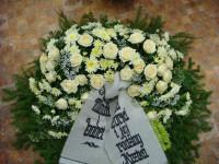 003 Bēru vainags kompozīcijas ar baltiem ziediem un ar lentu