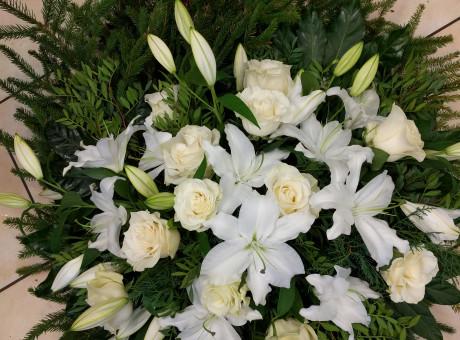 Траурный венок с белыми розами и лилиями