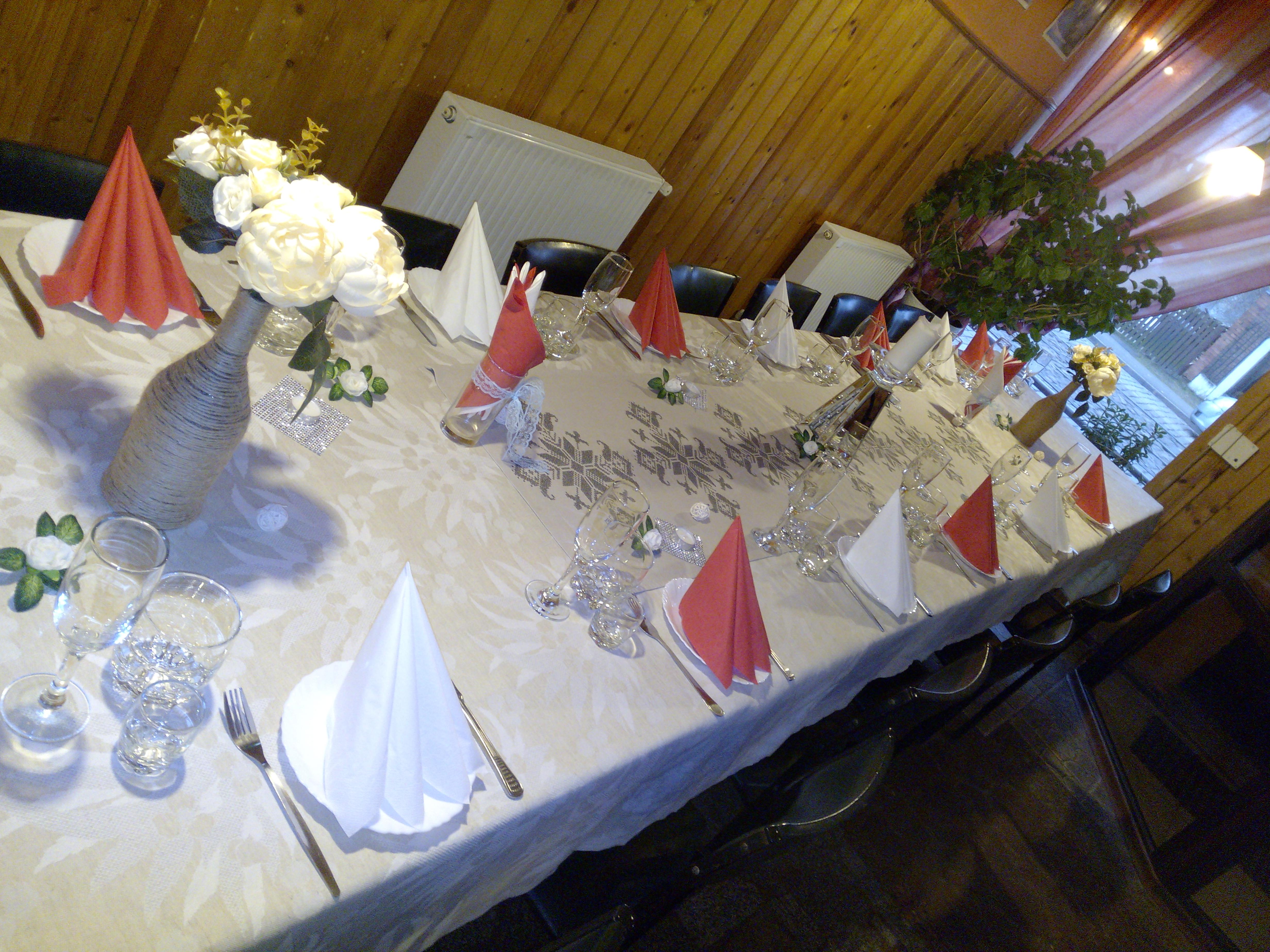 Klājam bēru galdus