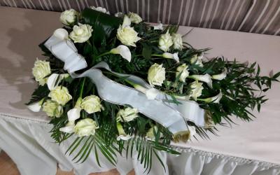 Bēru štrauss - baltas rozes un kallas uz zaļu augu pamatnes ar platu balto lentu veltījumam un zeltītu apdari