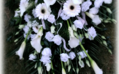 Bēru štrauss - baltas lizantes, gerberas un kallas uz zaļu augu pamatnes