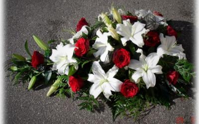 Bēru štrauss - baltas lilijas un sarkanas rozes uz zaļu augu pamatnes