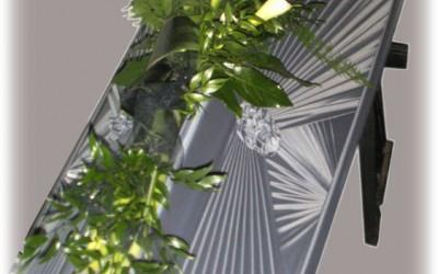 Zārka vāka dekors - baltas lilijas uz zaļu augu pamatnes