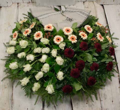 Sēru vainags, sēru floristika, štrauss, vainags ziedu aģentūra - Sēru vainags no krēmīg baltāti oranžmā gerberām, sarkanām krizentemam, baltām Subati rozēm un eksotiskiem zaļumiem
