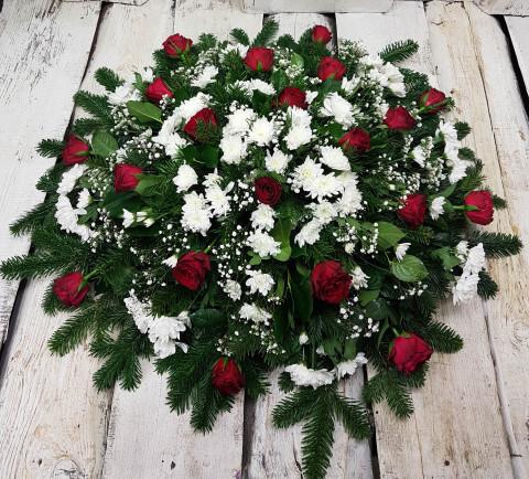 Sēru vainags, sēru floristika, štrauss, vainags ziedu aģentūra - Sēru vainags no baltātam krizentemam, sarkanām Subati rozēm, egļu skukām un eksotiskiem zaļumiem