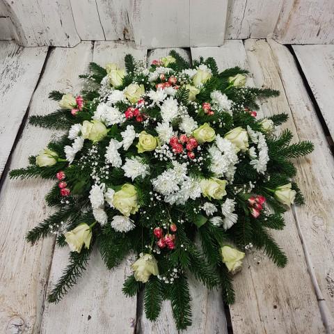 Sēru vainags, sēru floristika, štrauss, vainags ziedu aģentūra - Sēru vainags no baltātam krizentemam, sarkan rozā Subati krūmrozēm, baltām Subati rozēm un egļu skukām