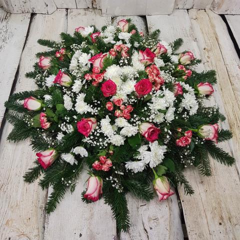 Sēru vainags, sēru floristika, štrauss, vainags ziedu aģentūra - Sēru vainags no baltātam krizentemam, sarkan rozā Subati krūmrozēm, rozā Subati rozēm un egļu skukām