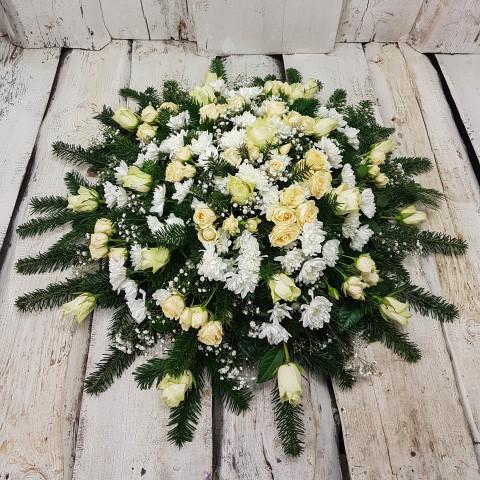 Sēru vainags, sēru floristika, štrauss, vainags ziedu aģentūra - Sēru vainags no baltām krizentemām, krēmīgam Subati rozēm, egļu skukām un eksotiskiem zaļumiem