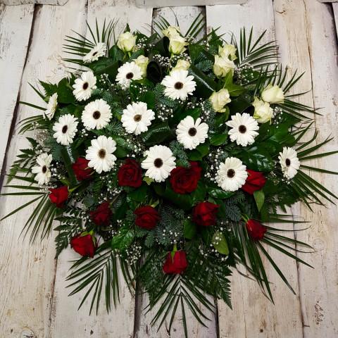 Sēru vainags, sēru floristika, štrauss, vainags ziedu aģentūra - Sēru vainags no baltātam gerberām, sarkanām, baltām Subati rozēm un eksotiskiem zaļumiem