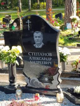 Melnā granīta kapu piemineklis ar portretu