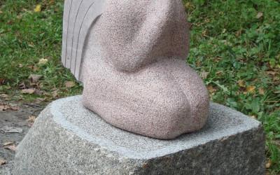 Ar lūgšanas pozā sakļautām plaukstām, nolaidies uz dabas akmeņa.