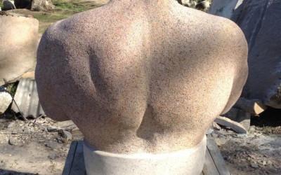 Skulptūra no mugurpuses ir nemazāk iespaidīga.