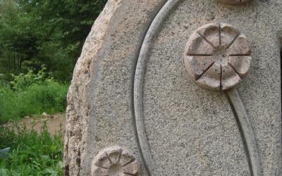 Ziedu kāti izveidoti virsmā, bet ziedi inkrustēti no cita akmens.