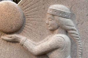 Kā top figurāls akmens piemineklis?