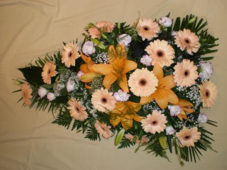 Ziedu pušķis no lilijām un gerberām