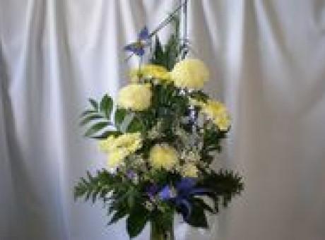 Dzeltens ziedu pušķis bērēm