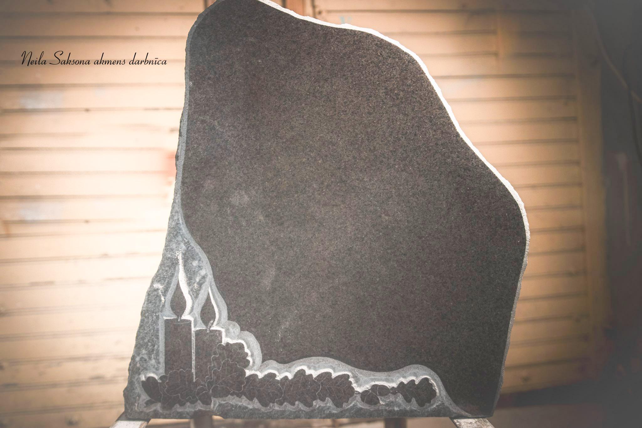 Granīta piemiņas akmens ar dekoru. -
