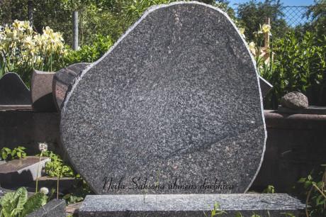 Granīta piemineklis.