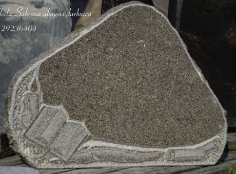 Granīta piemiņas akmens ar dekoru.